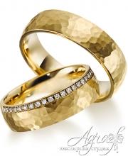 Обручальные кольца из желтого, отчеканенного золота, с бриллиантами